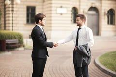 2 стильных бизнесмена тряся руки в костюмах Стоковые Фото