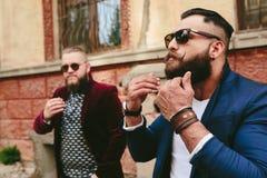 2 стильных бородатых люд на предпосылке одина другого Стоковое Изображение RF