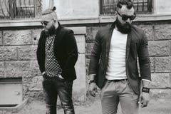 2 стильных бородатых люд на предпосылке одина другого Стоковые Фотографии RF