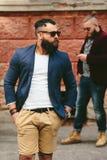 2 стильных бородатых люд на предпосылке одина другого Стоковое Фото