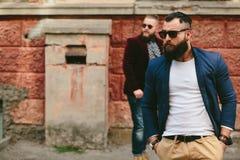2 стильных бородатых люд на предпосылке одина другого Стоковые Изображения
