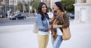 2 стильных женщины беседуя outdoors в городке Стоковые Изображения
