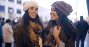 2 стильных молодой женщины в моде зимы Стоковое Изображение