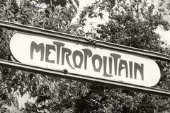 Стиль Арт Деко ввел знак в моду улицы на входе к метро Парижа Стоковое фото RF
