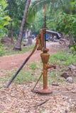 Стиль водяной помпы руки ретро в саде Стоковое Изображение RF