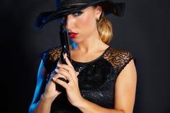 Стиль гангстера женщины моды с личным огнестрельным оружием Стоковое Изображение