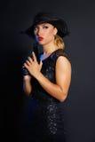 Стиль гангстера женщины моды с личным огнестрельным оружием Стоковые Изображения RF
