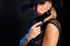 Стиль гангстера женщины моды с личным огнестрельным оружием Стоковые Фотографии RF