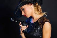 Стиль гангстера женщины моды с личным огнестрельным оружием Стоковое Фото