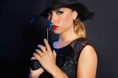Стиль гангстера женщины моды с личным огнестрельным оружием Стоковые Фото