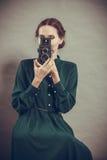Стиль женщины ретро с старой камерой Стоковые Фотографии RF