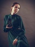 Стиль женщины ретро с старой камерой Стоковое фото RF
