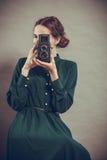 Стиль женщины ретро с старой камерой Стоковые Изображения RF