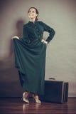 Стиль женщины ретро с старым чемоданом Стоковые Фото