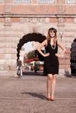 Стиль женщины in1920s девушки язычка стоя на улице Стоковые Фото