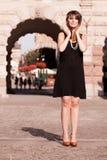 Стиль женщины in1920s девушки язычка стоя на улице Стоковые Изображения RF