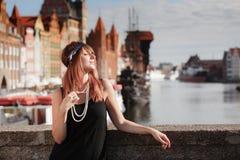 Стиль женщины in1920s девушки язычка стоя на улице Стоковые Изображения