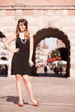 Стиль женщины in1920s девушки язычка стоя на улице Стоковое Изображение RF