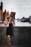 Стиль женщины in1920s девушки язычка стоя на улице Стоковые Фотографии RF