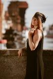 Стиль женщины in1920s девушки язычка стоя на улице Стоковая Фотография RF