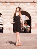Стиль женщины in1920s девушки язычка стоя на улице Стоковое Изображение
