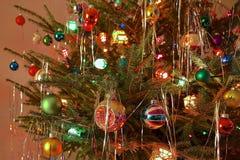 Стиль кич 70s украсил рождественскую елку Стоковая Фотография RF