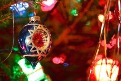 Стиль кич 70s украсил рождественскую елку Стоковое Фото