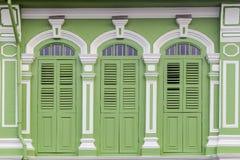 Стиль красивого старого окна китайско-португальский в Пхукете, Таиланде стоковые фото