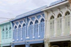 Стиль красивого старого окна китайско-португальский в Пхукете, Таиланде стоковая фотография