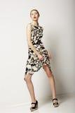 Стиль моды. Городские собрания. Женщина стоя в светлом современном платье Стоковое фото RF