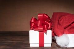 Стиль натюрморта шляпы подарочной коробки и рождества Стоковые Фотографии RF