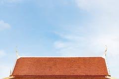 Стиль оранжевых крыш тайский на голубом небе Стоковая Фотография RF