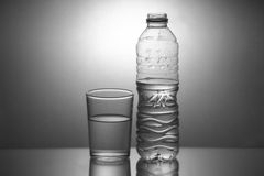 Стиль отражения бутылки с водой и стекла темный Стоковое Изображение
