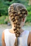Стиль причёсок девушки с французской оплеткой Стоковая Фотография RF