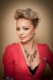 Стиль причёсок и состав, шикарный женский портрет искусства с красивыми глазами элегантность Неподдельная естественная блондинка  Стоковые Фотографии RF