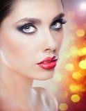 Стиль причёсок и составляет - красивый женский портрет искусства с красивыми глазами. Элегантность. Неподдельное естественное брюн Стоковые Фотографии RF
