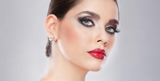 Стиль причёсок и составляет - красивый женский портрет искусства с красивыми глазами. Элегантность. Неподдельное естественное брюн Стоковые Изображения