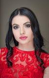 Стиль причёсок и составляет - красивый женский портрет искусства с красивыми глазами элегантность Неподдельное естественное длинн Стоковое Изображение RF