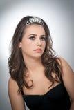 Стиль причёсок и составляет - красивый женский портрет искусства с красивыми глазами Неподдельное естественное брюнет с ювелирным Стоковые Фото