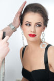Стиль причёсок и составляет - красивый женский портрет искусства с серьгами элегантность Неподдельное естественное брюнет с ювели Стоковые Изображения