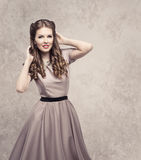 Стиль причёсок красоты женщин ретро, фотомодель в винтажном платье стоковая фотография