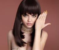 Стиль причёсок моды красоты Крупный план девушки очарования Золотой деланный маникюр n Стоковые Фото
