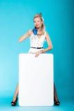Стиль сексуальной женщины ретро с знаком знамени доски пустого представления. Стоковые Фотографии RF