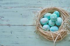 Стиль состава пасхальных яя - гнездитесь через взгляд таблицы стоковая фотография