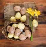 Стиль украшения пасхальных яя винтажный ретро, взгляд сверху Стоковые Изображения