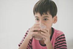 Стиль цвета питьевого молока мальчика винтажный Стоковое Изображение RF