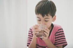 Стиль цвета питьевого молока мальчика винтажный Стоковая Фотография