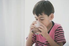 Стиль цвета питьевого молока мальчика винтажный Стоковые Изображения RF