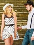 Стиль любящих пар ретро flirting на лестницах Стоковые Изображения