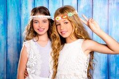 Стиль hippie девушек друзей детей ретро усмехаясь совместно Стоковое Изображение